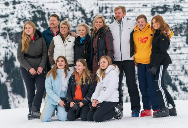 La reina Beatriz posa con sus hijos y nietos, en la tradicional foto invernal de la familia real