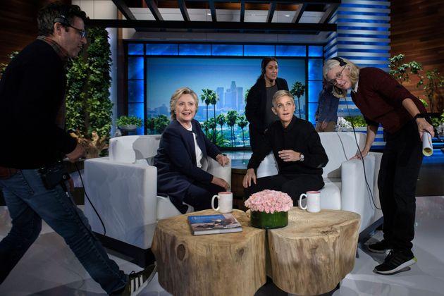 """Hillary Clinton e Ellen DeGeneres durante um intervalo comercial em um episódio de 2016 do """"The..."""