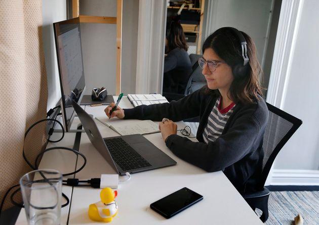 La doctora Lucia Abascal se encarga de llamar a pacientes de COVID-19 en San Francisco, California