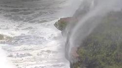Des chutes d'eau défientles lois de la gravité durant une tempête en