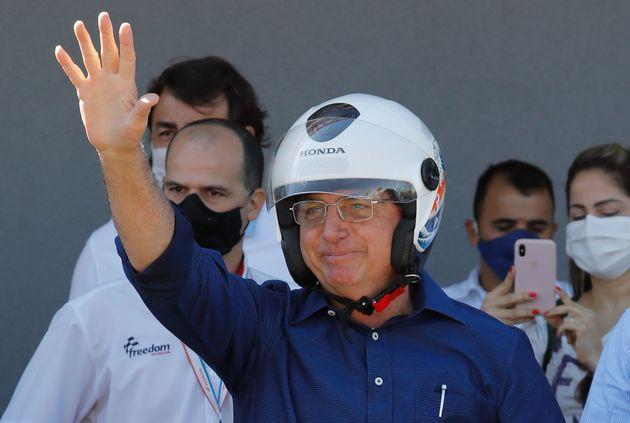 Bolsonaro, sem máscara de proteção individual, sai para andar de motocicleta após...