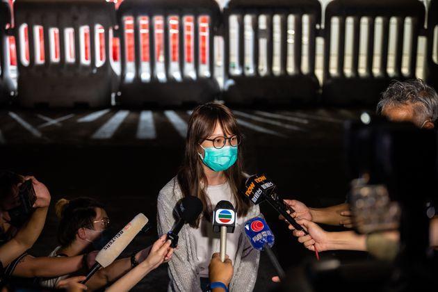 保釈後、メディアの取材に応じる周庭さん