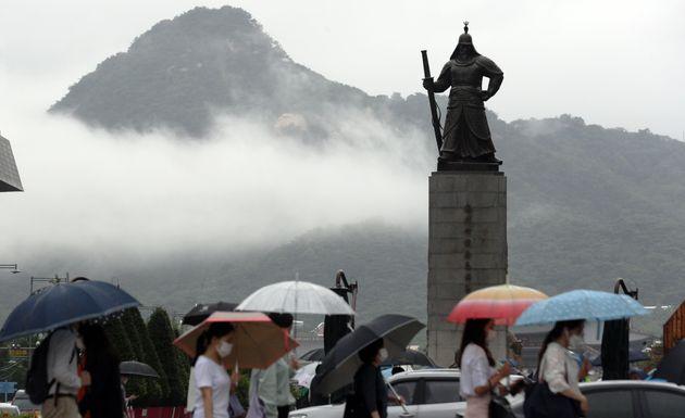 11일 오전 서울 광화문 네거리에서 출근길 시민들이 우산을 쓰고 발걸음을 재촉하고