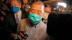 """Libéré, le patron de presse pro-démocratie arrêté à Hong Kong appelle à """"se"""