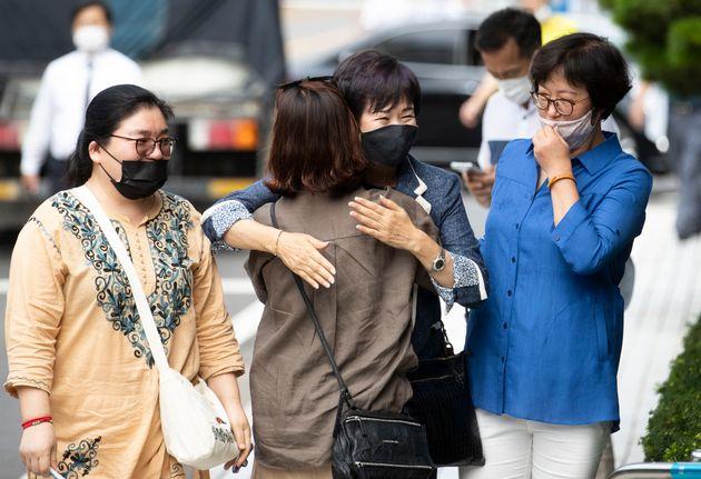 전남 목포 부동산 투기 혐의로 재판에 넘겨진 손혜원 전 국회의원(65)이 12일 오후 서울 양천구 남부지법에서 열린 1심 선고공판에 출석하며 지지자와 포옹하고