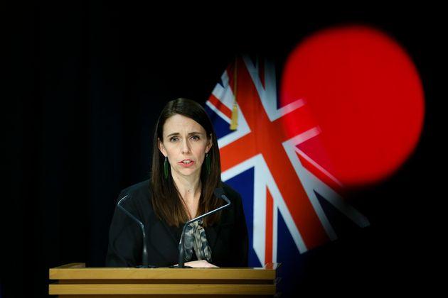 La primera ministra de Nueva Zelanda, Jacinda Ardern, el 12 de agosto, explicando las medidas de control...