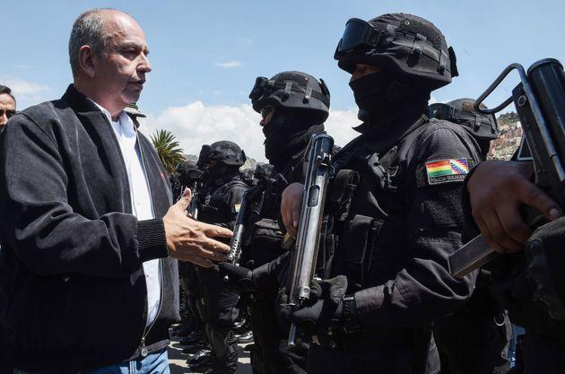 El ministro del Gobierno interino de Bolivia, Arturo Murillo, visita una unidad antiterrorista en La...