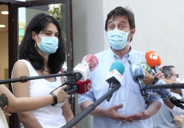Isa Serra y Rafa Mayoral, tras una reunión de la ejecutiva de Podemos en Madrid, en julio