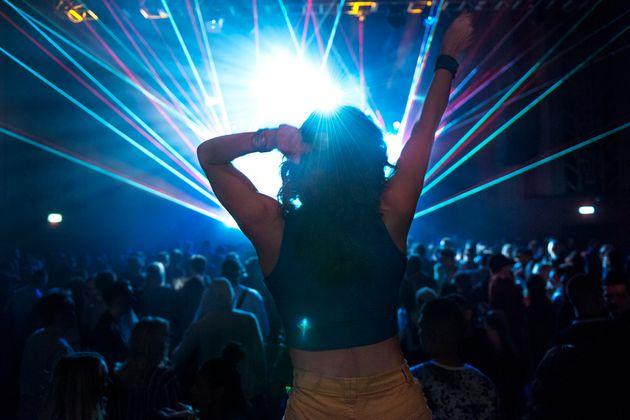 Va in discoteca senza attendere l'esito del tampone. L'assessora: