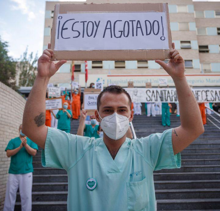 Un trabajador sanitario a las puertas del hospital Gregorio Marañón.