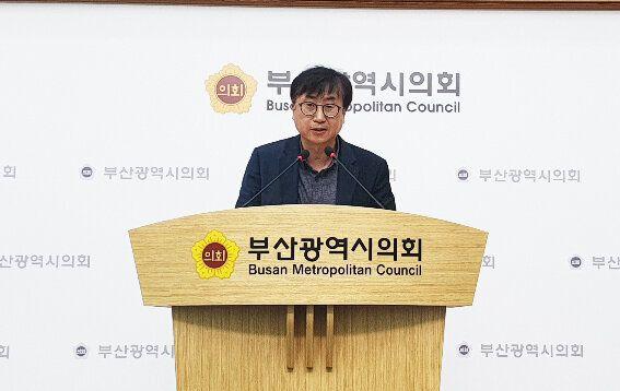 12일 부산시의회 브리핑룸에서 박민성 민주당 부산시의회 원내부대표가 당 소속 시의원의 성추행 논란에 대한 사과문을 발표하고