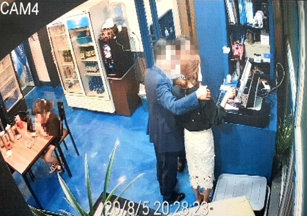 더불어민주당 소속 A부산시의원(가운데)이 5일 부산 사하구 한 횟집에서 횟집 종업원에게 불필요한 신체접촉을 하고 있는 CCTV