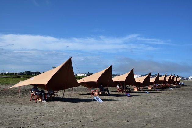 大洗サンビーチに現れた「砂浜図書館」。タープの席は人気だ