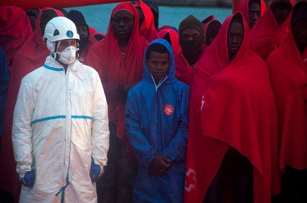 Un grupo de migrantes, recién desembarcados en el puerto de Málaga, en una imagen de