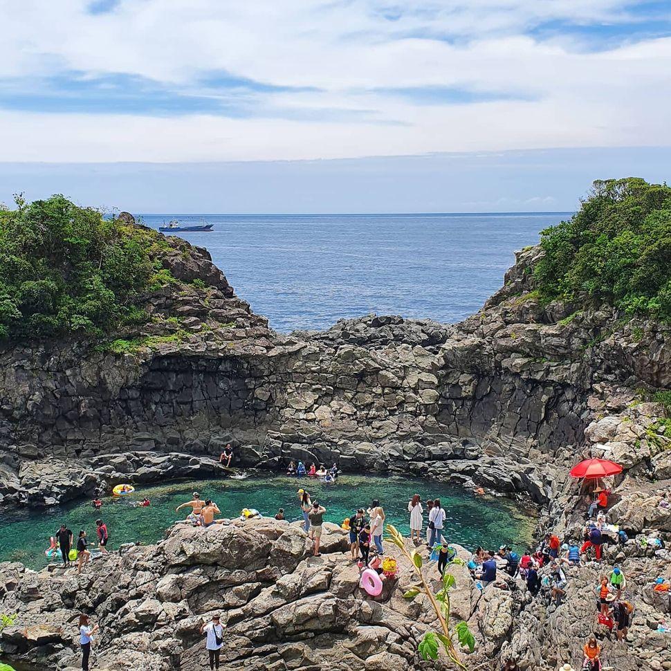 황우지해안을 찾은 관광객들.2020.7
