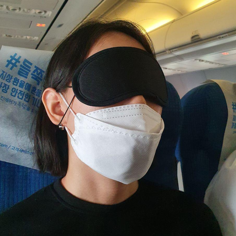 코로나시대 비행기를 탄 여행자의 모습. 2020.7