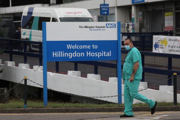 Un sanitario con mascarilla, a las puertas del Hospital de Hillingdon, Londres, el pasado 8 de