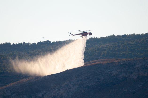 Σε εξέλιξη η φωτιά στην Ικαρία - Ενισχύθηκαν οι πυροσβεστικές