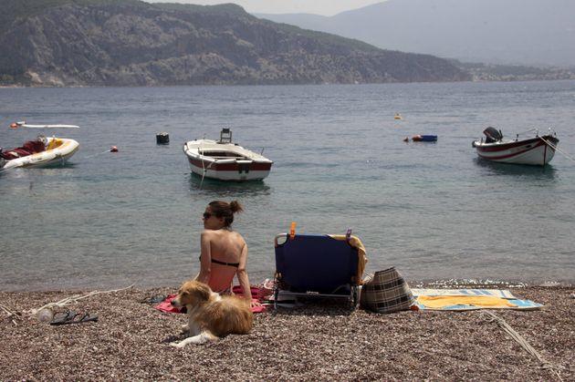 Παραλία στην Ψάθα (AP Photo/Spyros