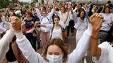 Unas 200 mujeres marchan en solidaridad a los heridos durante las protestas contra los resultados de las elecciones presidenciales de Bielorrusia, el miércoles 12 de agosto de 2020, en Minsk. (AP Foto)