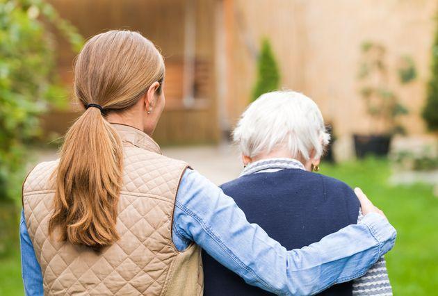Anziani e badanti che rientrano in Italia, la ricetta per tutelarli dal rischio