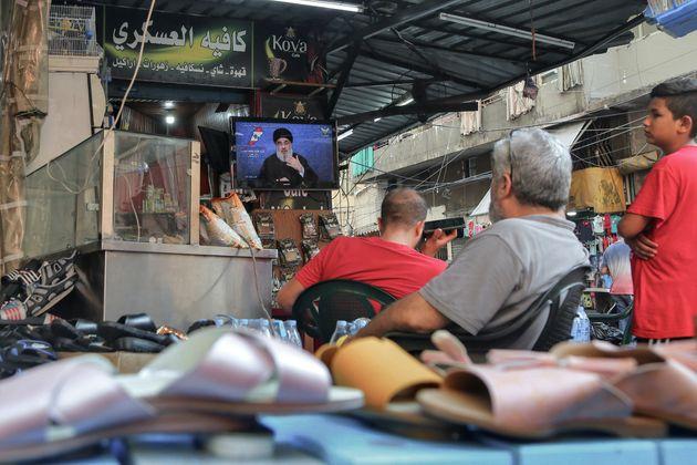 À Beyrouth, des Libanais écoutent un discours télévisé du secrétaire...