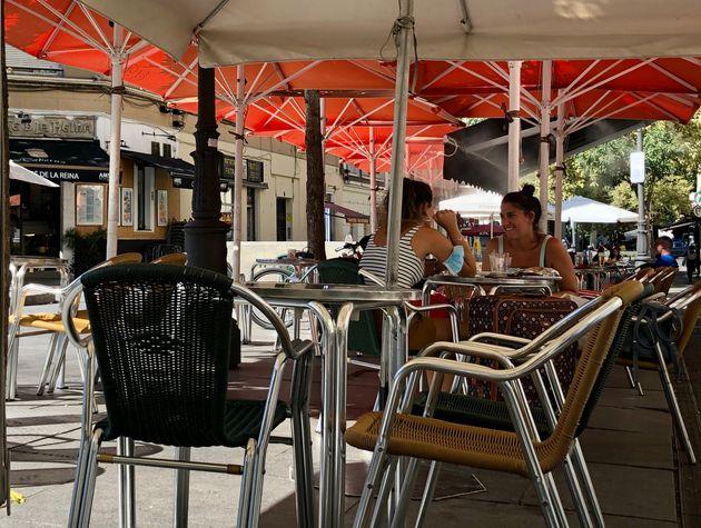 Dos mujeres conversan en una terraza en la plaza de Juan Goytisolo, este jueves, en