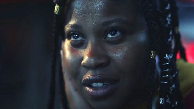 Dominique Fishback como a traficante adolescente Robin, o grande destaque em