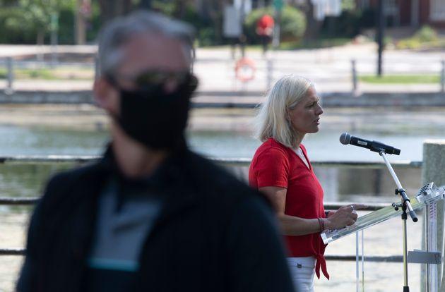 Un agent de la GRC surveillait le lieu où la ministre Catherine McKenna donnait son point de presse,