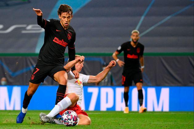 El delantero portugués Joao Félix (izq.) recibe una falta del defensa alemán de...