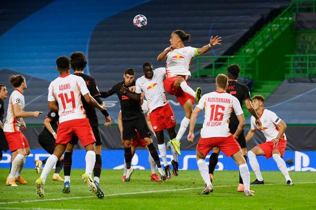 Yussuf Poulsen de RB Leipzig salta para un cabezazo durante el
