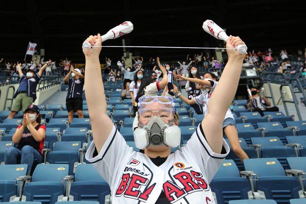 7월 27일 두산베어스 팬이 페이스 마스크를 한 뒤 야구를 관람하고
