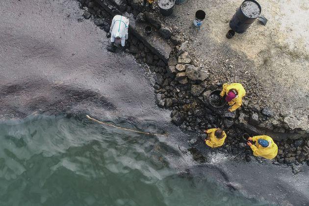 浜辺まで押し寄せた油。8月10日撮影(Photo by -/L'Express Maurice/AFP via Getty