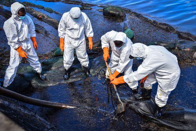 防護服を身にまとい、油を回収するボランティアたち 8月13日撮影(Photo by BEEKASH ROOPUN/L'Express Maurice/AFP via Getty