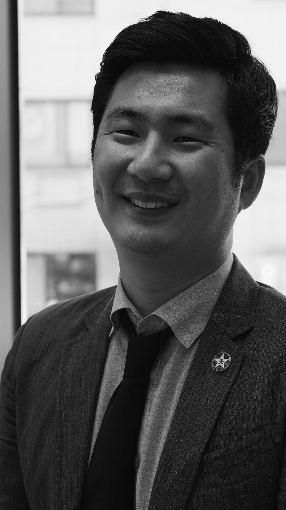 <임정로드>를 출판했을 때, 백범 김구가 광복군에게 나눠준 배지와 같은 모양의 배지를 제작했다.김종훈 기자는 공식적인 자리가 있을 때면 이 배지를