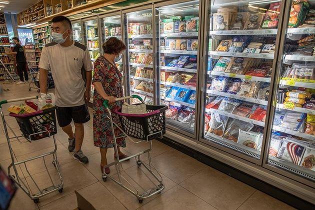 Unos clientes, ante la zona de congelados de un supermercado de