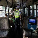 Εκάλη: Εφτυσαν οδηγό λεωφορείου επειδή τους ζήτησε να φορέσουν