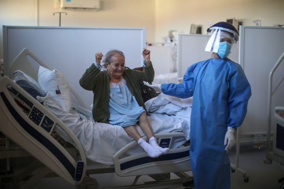 Η 84χρονη Μπλάνκα Ορτίζ πανηγυρίζεις καθώς μαθαίνει πως μετά από πολλές εβδομάδες νοσηλεία λόγω επιπλοκών από τη νόσο Covid-19, επιτέλους παίρνει εξιτήριο. Μπουένος Άιρες, Αργεντινή