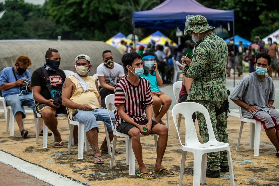 Προσαγωγές ατόμων που πιάστηκαν να μην τηρούν τους κανόνες για την αναχαίτιση εξάπλωση του ιού (όπως η μη χρήση μάσκας σε ανοιχτό δημόσιο χώρο), στις Φιλιππίνες