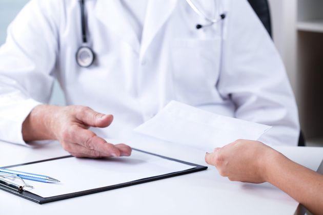 Γιατρός μεγάλου νοσοκομείου συνελήφθη για φακελάκι σε