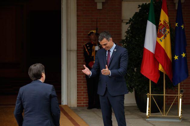 El presidente del Gobierno de España, Pedro Sánchez (D), recibe al primer ministro italiano, Giuseppe...
