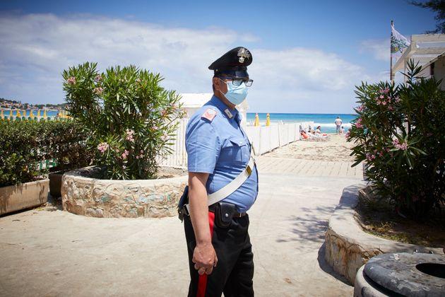 Un agente controla el acceso a las playas de Palermo (Italia) el 7 de junio de