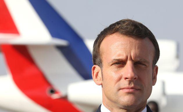 Emmanuel Macron à son arrivée à l'aéroport international Diori Hamani à...