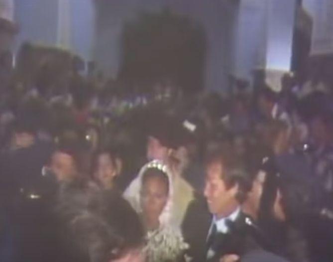Lolita y su padrino, El Cordobés, entrando a empujones en el templo.