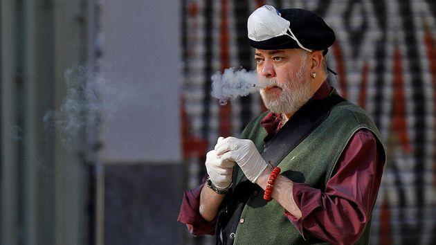 Un hombre fuma en la vía