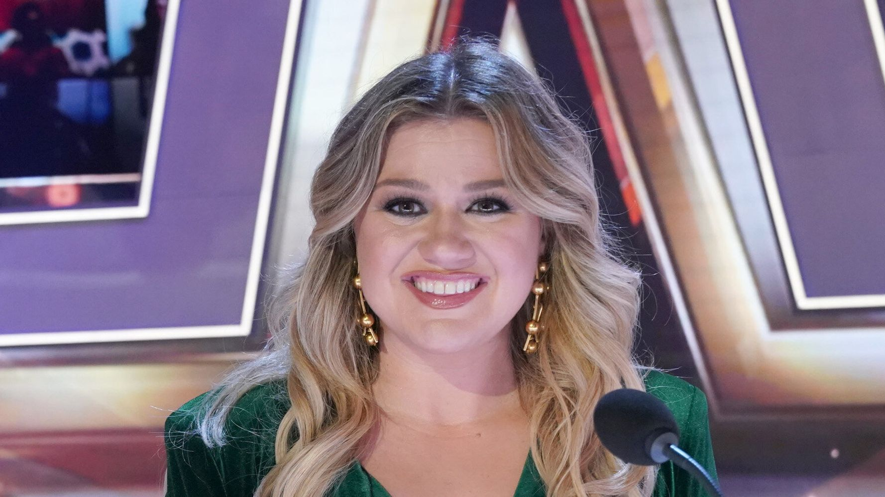 Kelly Clarkson Shuts Down Troll Who Accused Her Of Prioritizing Career Over Family