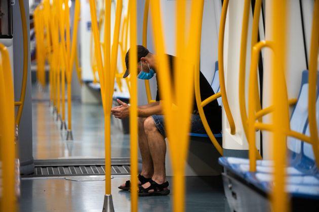 Un joven en el metro de
