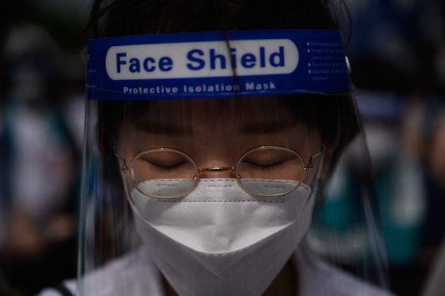 14일 의사들의 파업 집회에 참석한 이가 페이스 마스크를 쓰고