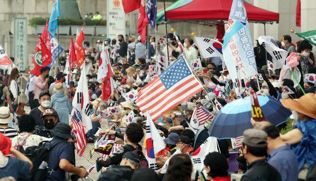사회적 거리두기 상향된 광복절 : 수천명의 시민이 집회를 열었다