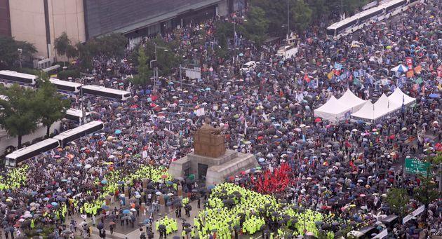 보수단체 회원들이 15일 서울 종로구 광화문광장에서 집회를 하고
